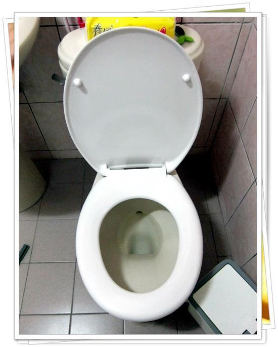 馬桶蓋DIY更換大成功啦!!!!!! 然後是浴室鏡下的平台~因為舊的是塑膠的,老早就被我拆掉了,準備換成簡單好看的玻璃平台~